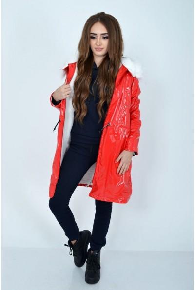 Демисезонная женская куртка красного цвета из латекса с меховой подкладкой 103R061